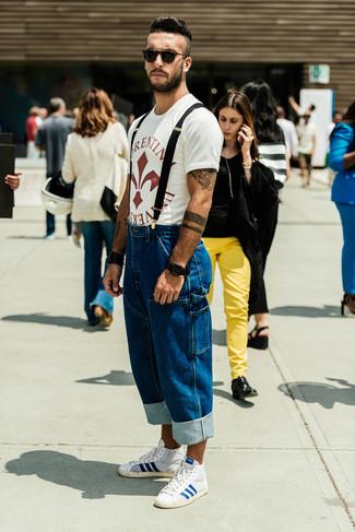 Comment porter: t-shirt à col rond imprimé blanc et rouge, jean bleu, baskets montantes blanc et bleu, lunettes de soleil noires