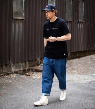 Comment porter une casquette de base-ball bleu marine: Pense à marier un t-shirt à col rond imprimé bleu marine et blanc avec une casquette de base-ball bleu marine pour une tenue idéale le week-end. Jouez la carte classique pour les chaussures et choisis une paire de baskets montantes en toile blanches.