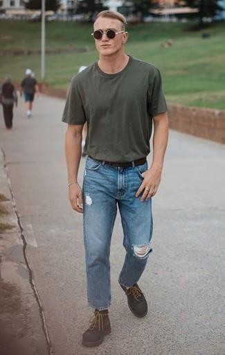 Comment porter des chaussettes noires: Harmonise un t-shirt à col rond vert foncé avec des chaussettes noires pour un look idéal le week-end. Rehausse cet ensemble avec une paire de des bottes de loisirs en daim marron foncé.