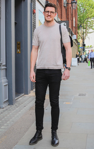 Comment porter un t-shirt à col rond beige: Marie un t-shirt à col rond beige avec un jean noir pour une tenue confortable aussi composée avec goût. Fais d'une paire de des bottes de loisirs en cuir noires ton choix de souliers pour afficher ton expertise vestimentaire.