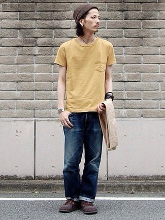 Comment porter une écharpe beige: Pense à marier un t-shirt à col rond jaune avec une écharpe beige pour une tenue relax mais stylée. Transforme-toi en bête de mode et fais d'une paire de des bottes de loisirs en daim bordeaux ton choix de souliers.
