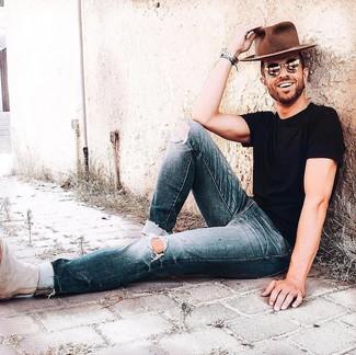 Comment porter: t-shirt à col rond noir, jean déchiré bleu marine, bottines chelsea en daim beiges, chapeau en laine marron