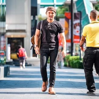 Comment porter: t-shirt à col rond noir, jean noir, bottines chelsea en cuir marron clair, sac à dos en toile marron