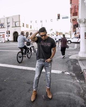 Comment porter des bottines chelsea en daim marron clair: Pense à harmoniser un t-shirt à col rond imprimé noir avec un jean déchiré gris pour une tenue idéale le week-end. Choisis une paire de des bottines chelsea en daim marron clair pour afficher ton expertise vestimentaire.