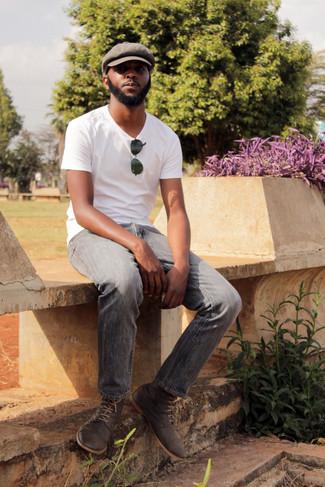 Comment porter: t-shirt à col rond blanc, jean gris, bottines chukka en daim gris foncé, casquette plate marron