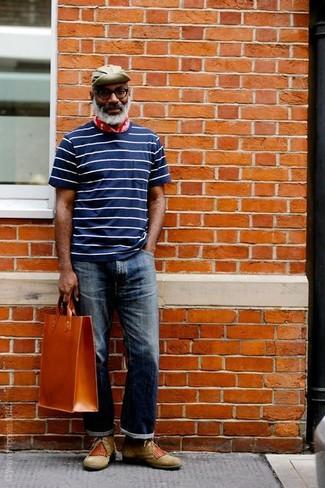 Comment porter: t-shirt à col rond à rayures horizontales bleu marine et blanc, jean bleu marine, bottines chukka en daim olive, sac fourre-tout en cuir tabac