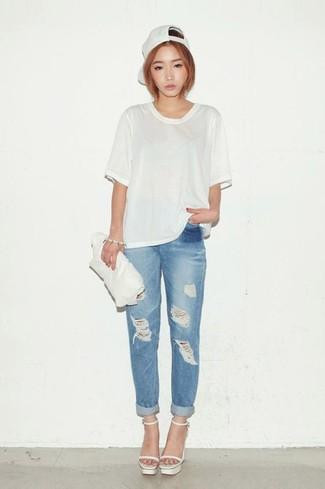 Comment porter une pochette en cuir blanche pour un style decontractés: Pense à harmoniser un t-shirt à col rond blanc avec une pochette en cuir blanche pour un look confortable et décontracté. Cette tenue est parfait avec une paire de des sandales à talons en cuir blanches.