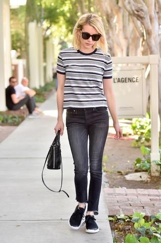 Comment porter: t-shirt à col rond à rayures horizontales blanc et noir, jean noir, chaussures de sport noires, sac à main en cuir noir