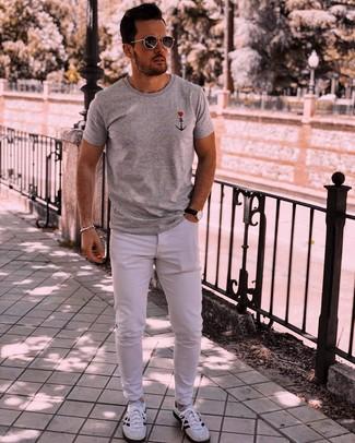 Comment porter: t-shirt à col rond imprimé gris, jean blanc, chaussures de sport blanches et noires, lunettes de soleil gris foncé