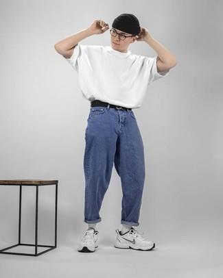 Comment s'habiller pour un style relax: Porte un t-shirt à col rond blanc et un jean bleu pour une tenue idéale le week-end. Si tu veux éviter un look trop formel, termine ce look avec une paire de des chaussures de sport blanches.