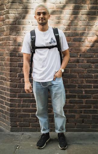 Comment porter des chaussures de sport noires: Essaie d'associer un t-shirt à col rond imprimé blanc et noir avec un jean bleu clair pour une tenue relax mais stylée. Jouez la carte décontractée pour les chaussures et assortis cette tenue avec une paire de des chaussures de sport noires.