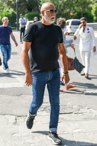 Tendances mode hommes: Harmonise un t-shirt à col rond gris foncé avec un jean bleu pour un déjeuner le dimanche entre amis. Tu veux y aller doucement avec les chaussures? Opte pour une paire de des chaussures de sport gris foncé pour la journée.