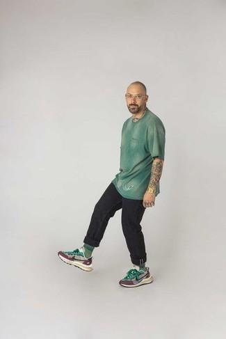 Comment s'habiller quand il fait très chaud: Pense à opter pour un t-shirt à col rond imprimé tie-dye vert et un jean noir pour une tenue idéale le week-end. Tu veux y aller doucement avec les chaussures? Opte pour une paire de chaussures de sport multicolores pour la journée.