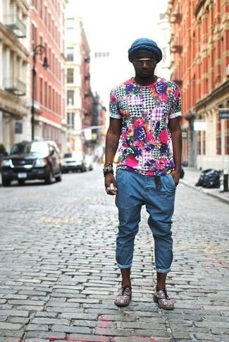 Comment porter: t-shirt à col rond à fleurs multicolore, jean bleu, chaussures richelieu en daim grises, bonnet bleu marine
