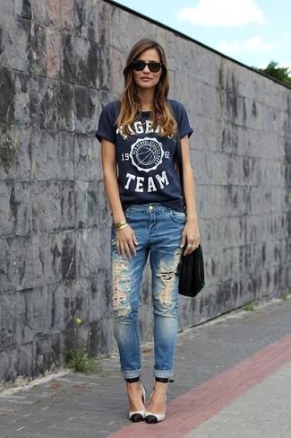 Comment porter: t-shirt à col rond imprimé bleu marine, jean déchiré bleu, escarpins en cuir blancs et noirs, sac bandoulière en daim noir