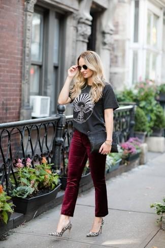 Comment porter: t-shirt à col rond imprimé gris foncé, jean en velours bordeaux, escarpins en cuir imprimés serpent gris, pochette en cuir noire