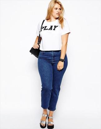 Comment porter: t-shirt à col rond imprimé blanc et noir, jean bleu, sandales à talons en cuir épaisses argentées, sac bandoulière en cuir noir