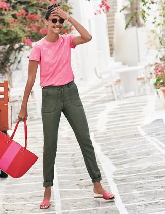 Comment porter: t-shirt à col rond imprimé fuchsia, jean olive, sandales plates en daim fuchsia, sac fourre-tout en cuir rouge