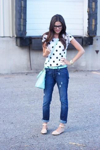 Comment porter: t-shirt à col rond á pois blanc et bleu marine, jean déchiré bleu marine, sandales plates en cuir beiges, sac bandoulière en cuir bleu clair
