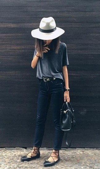 Comment porter un chapeau en laine blanc: Essaie de marier un t-shirt à col rond gris foncé avec un chapeau en laine blanc pour une tenue idéale le week-end. Assortis cette tenue avec une paire de des ballerines en cuir noires pour afficher ton expertise vestimentaire.