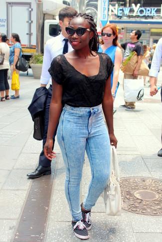 Comment porter: t-shirt à col rond en tulle noir, jean skinny bleu clair, baskets basses á pois noires, sac fourre-tout en cuir blanc
