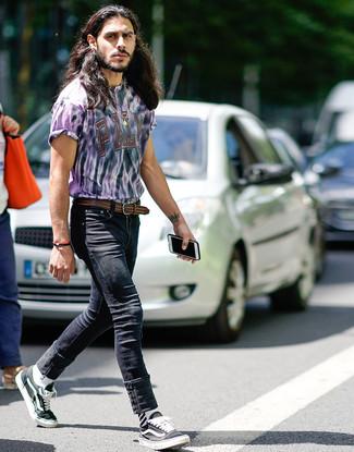 Comment porter: t-shirt à col rond imprimé tie-dye violet clair, jean skinny noir, baskets basses en toile noires et blanches, ceinture en cuir tressée marron