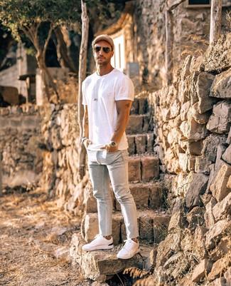 Comment porter: t-shirt à col rond blanc, jean skinny bleu clair, baskets basses blanches, casquette de base-ball marron clair