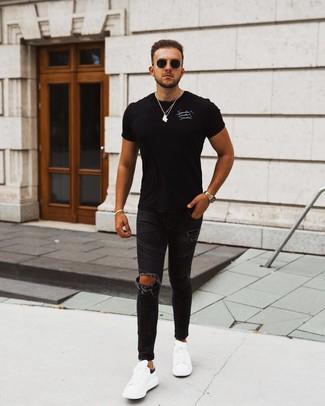 Comment porter: t-shirt à col rond imprimé noir et blanc, jean skinny déchiré noir, baskets basses en cuir blanches et noires, lunettes de soleil noires