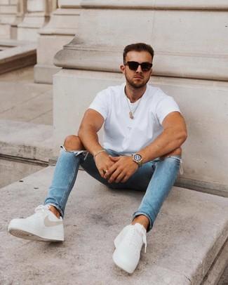 Comment porter: t-shirt à col rond blanc, jean skinny déchiré bleu, baskets basses en cuir blanches, lunettes de soleil noires