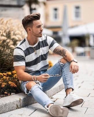 Comment porter un jean skinny déchiré bleu clair: Marie un t-shirt à col rond à rayures horizontales blanc et noir avec un jean skinny déchiré bleu clair pour un look idéal le week-end. Jouez la carte classique pour les chaussures et choisis une paire de des baskets basses en toile blanches.