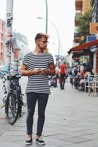 Comment porter un jean skinny avec des baskets basses: Porte un t-shirt à col rond à rayures horizontales blanc et noir et un jean skinny pour une tenue idéale le week-end. Jouez la carte classique pour les chaussures et termine ce look avec une paire de des baskets basses.