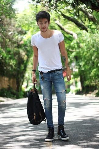 Comment porter: t-shirt à col rond blanc, jean skinny déchiré bleu, baskets montantes en cuir noires, sac à dos en toile noir