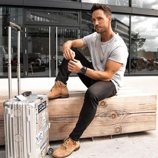 Comment porter: t-shirt à col rond gris, jean skinny noir, bottes de loisirs en daim marron clair, valise argentée