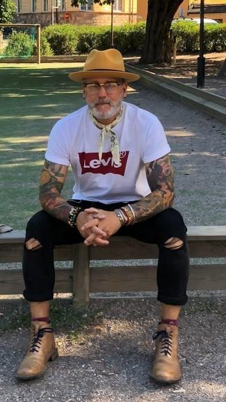 Comment porter: t-shirt à col rond imprimé blanc et rouge, jean skinny déchiré noir, bottes habillées en cuir marron clair, chapeau en laine marron clair