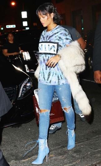 Comment porter: t-shirt à col rond imprimé tie-dye bleu clair, jean skinny déchiré bleu clair, bottines à lacets en cuir bleu clair, cartable en cuir argenté