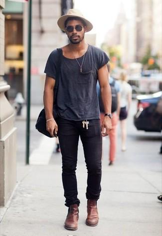 Comment porter: t-shirt à col rond gris foncé, jean skinny noir, bottines chelsea en cuir marron, besace en toile noire