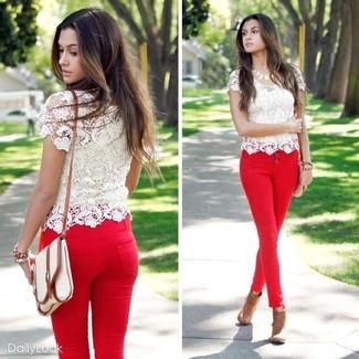 Comment porter: t-shirt à col rond en dentelle blanc, jean skinny rouge, bottines en cuir marron clair, sac bandoulière en toile beige