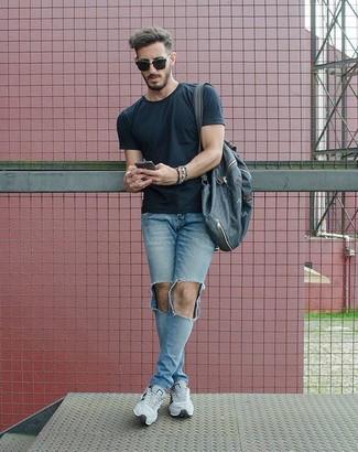 Comment porter: t-shirt à col rond noir, jean skinny déchiré bleu clair, chaussures de sport grises, sac à dos en toile bleu marine