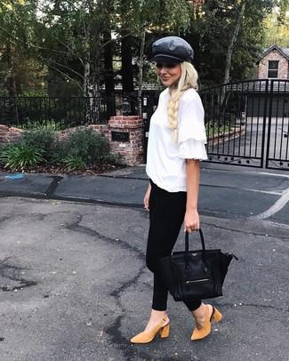 Comment porter des escarpins en daim marron clair: Opte pour un t-shirt à col rond à volants blanc avec un jean skinny noir pour un look de tous les jours facile à porter. Une paire de des escarpins en daim marron clair est une option génial pour complèter cette tenue.