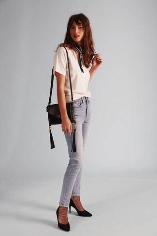 Comment porter: t-shirt à col rond blanc, jean skinny bleu clair, escarpins en daim noirs, sac bandoulière en cuir noir