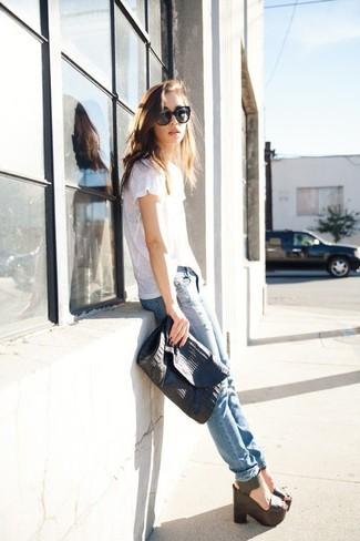 Comment porter: t-shirt à col rond blanc, jean skinny déchiré bleu clair, sandales compensées en cuir noires, pochette en cuir noire