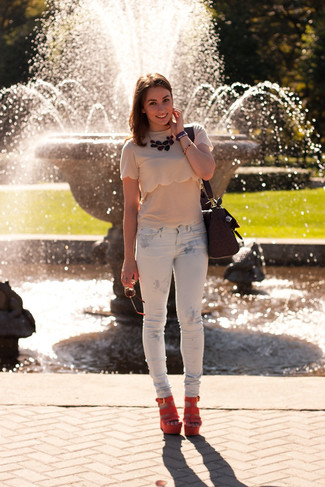 Comment porter: t-shirt à col rond beige, jean skinny imprimé blanc, sandales compensées en daim orange, cartable en cuir pourpre