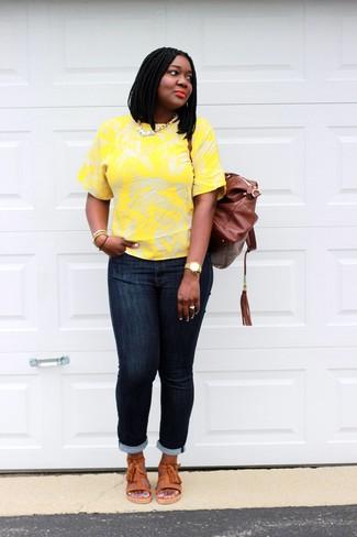Comment porter: t-shirt à col rond à fleurs jaune, jean skinny bleu marine, sandales plates en cuir orange, sac à dos en cuir marron