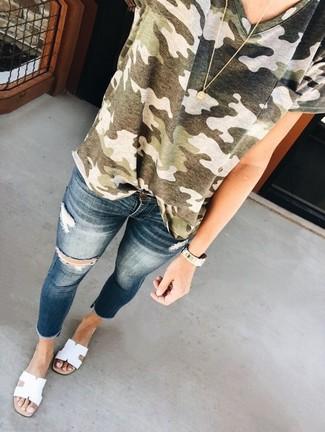 Comment porter: t-shirt à col rond camouflage olive, jean skinny déchiré bleu marine, sandales plates en cuir blanches, pendentif doré