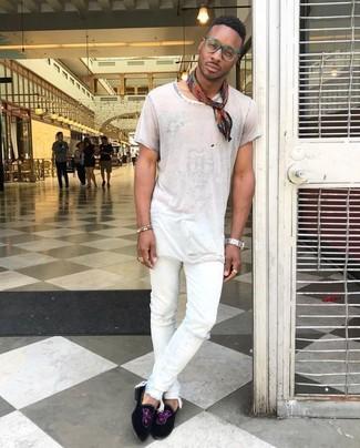 Comment porter: t-shirt à col rond blanc, jean skinny déchiré blanc, slippers en daim noirs, bandana imprimé rouge