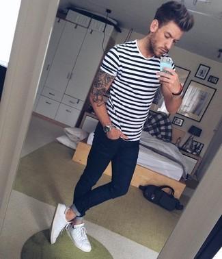 Comment porter: t-shirt à col rond à rayures horizontales blanc et noir, jean skinny bleu marine, tennis blancs, montre argentée