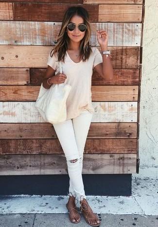 Comment porter: t-shirt à col rond beige, jean skinny déchiré blanc, tongs en cuir marron, sac fourre-tout en cuir beige