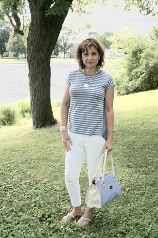Comment porter: t-shirt à col rond à rayures horizontales gris, jean skinny blanc, tongs argentées, sac fourre-tout en cuir bleu clair