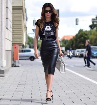 Tendances mode femmes: Marie un t-shirt à col rond imprimé noir et blanc avec une jupe crayon en cuir noire et tu auras l'air d'une vraie poupée. Cette tenue se complète parfaitement avec une paire de des escarpins en cuir noirs.