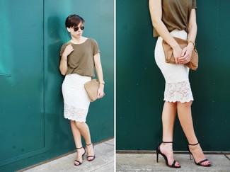 Comment porter: t-shirt à col rond olive, jupe crayon en dentelle blanche, sandales à talons en cuir noires, pochette en daim marron